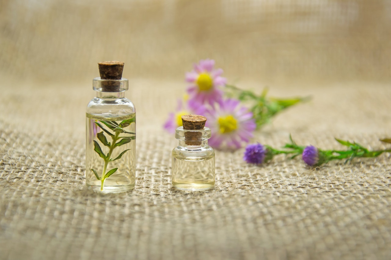 Safe and Efficient Ways to Use Aromatic Essential Oils